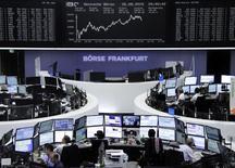 Operadores en sus puestos de trabajo en la bolsa de Fráncfort, ago 26 2015. Las acciones europeas cerraron con una caída de casi el 2 por ciento el miércoles tras una sesión volátil, golpeadas por un descenso de Syngenta cerca del final de la jornada después de que Monsanto anunció que retiraba su oferta por la compañía suiza.      REUTERS/Staff/remote
