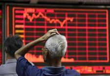 Dans une maison de courtage à Pékin. Les grandes places boursières chinoises ont clôturé en hausse jeudi pour la première fois en six séances, soutenues par un net rebond à Wall Street, dans l'espoir que la Réserve fédérale américaine réagisse à la volatilité sur les marchés mondiaux en retardant le relèvement de ses taux au-delà de septembre. L'indice CSI 300 des principales valeurs chinoises a gagné 5,95% et l'indice composite de Shanghai a repris 5,4%. /Photo prise le 27 août 2015/REUTERS/Jason Lee