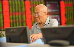 Инвестор в брокерском доме в Фуяне 25 августа 2015 года. Фондовые рынки Китая выросли в четверг после пятидневного падения благодаря росту американских рынков накануне. REUTERS/Stringer