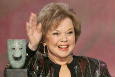 Actress Shirley Temple Black waves as she accepts the Screen Actors Guild Life Achievement Award at the 12th annual Screen Actors Guild Awards in Los Angeles, California in this January 29, 2006 file photo.REUTERS/Mario Anzuoni/Files