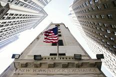 Les Bourses américaines poursuivent leur rebond jeudi à l'ouverture après une révision à la hausse de la croissance américaine au deuxième trimestre. Le Dow Jones gagne 1,27% dans les premiers échanges. Le Standard & Poor's 500 progresse de 1,21% et le Nasdaq prend 1,4%. /Photo prise le 26 août 2015/REUTERS/Lucas Jackson