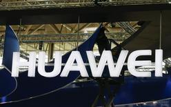 Un trabajador montando el logo de Huawei en la feria comercial CeBIT en Hanover, Alemania, mar 15 2015. Huawei Technologies llevó el jueves a Europa su marca de teléfonos inteligentes orientada a usuarios jóvenes con el lanzamiento del Honor 7, un dispositivo que ha alcanzado ventas de más de 1,5 millones en China desde junio.       REUTERS/Morris Mac Matzen