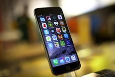 Un teléfono Iphone 6 de Apple en exhibición en una tienda de la compañía en Nueva York, jul 21 2015. Apple Inc invitó el jueves a la prensa a un evento que realizará el 9 de septiembre, donde se espera que dé a conocer las nuevas versiones del iPhone y posiblemente una nueva generación de su dispositivo AppleTV.  REUTERS/Mike Segar