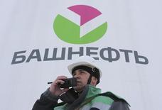 Работник Башнефти. 28 января 2015 года. Госкомпания Башнефть увеличила чистую прибыль во втором квартале 2015 года на 12,6 процента до 17,9 миллиарда рублей с 15,9 миллиарда годом ранее, сообщила компания. REUTERS/Sergei Karpukhin