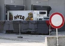 Найденный на шоссе в Австрии грузовик с телами беженцев в Никкелсдорфе 28 августа 2015 года. Семьдесят одно тело, предположительно беженцев из Сирии, было найдено в обнаруженном в четверг припаркованном на шоссе в Австрии грузовике, сообщила австрийская полиция, отметив, что в связи с инцидентом в Венгрии арестованы трое. REUTERS/Heinz-Peter Bader