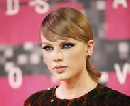 Taylor Swift pudo haber ganado la mayoría de los premios el domingo en los MTV Video Music Awards, pero su reencuentro con el rapero Kanye West en el escenario acaparó el show, al tiempo que West declaró que se postulará para la presidencia de Estados Unidos en 2020. en la imagen, Swift llega a la ceremonia de los premios 2015 MTV Video Music en Los Ángeles, California, el 30 de agosto de 2015.  REUTERS/Danny Moloshok