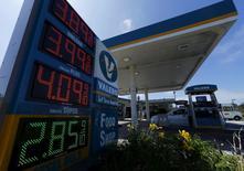 Los precios de diversos combustibles en una gasolinera en Encinitas, EEUU, ago 4 2015. La industria petrolera estadounidense produjo menos crudo del inicialmente estimado este año, según un nuevo dato del Gobierno que ofreció la visión más clara hasta el momento de uno de los temas de mayor importancia para el mercado mundial.  REUTERS/Mike Blake