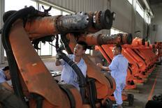 En la imagen, trabajadores reparan robots en una fábrica en Shanghái. 21 de agosto, 2015. La actividad del enorme sector de manufacturas de China mostró en agosto su mayor contracción en tres años, según un sondeo oficial publicado el martes, que reforzó las preocupaciones sobre la salud de la segunda economía del mundo pese a una serie de medidas de apoyo del Gobierno. REUTERS/Aly Song