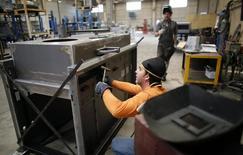 Un trabajador en una fábrica de Gravellona Lomellina, al suroeste de Milán, el 11 de junio de 2013. El desempleo en la zona euro bajó inesperadamente en julio a su menor nivel en más de tres años, luego de una caída pronunciada en la volátil lectura de Italia. REUTERS/Stefano Rellandini