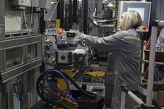 Funcionária trabalhando em fábrica automotiva em Cleon, na França.  18/06/2015   REUTERS/Philippe Wojazer