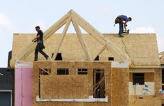 Construction workers build a new house in Calgary, Alberta, April 7, 2015. House prices have fallen in Calgary after the price of oil plummeted late last year according to local media reports. REUTERS/Todd Korol
