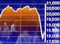 Un peatón se refleja en un tablero electrónico que muestra la gráfica de fluctuación del índice Nikkei, afuera de una correduría en Tokio, Japón, 27 de agosto de 2015. Las bolsas de Asia caían por tercer día consecutivo el miércoles luego de que débiles reportes de manufactura desde China, Estados Unidos y Europa avivaron las preocupaciones sobre la desaceleración del crecimiento mundial. REUTERS/Yuya Shino