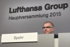 El presidente ejecutivo de Lufthansa, Carsten Spohr, durante la junta anual de accionistas de la compañía en Hamburgo, Alemania, 29 de abril de 2015. El presidente ejecutivo de Lufthansa defendió la posición firme de la aerolínea alemana contra las huelgas anunciadas para el miércoles, luego de que el sindicato de pilotos amenazara con más acciones en respuesta a una serie de recortes en costos por parte de la empresa. REUTERS/Fabian Bimmer