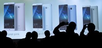 Jornalistas acompanham a apresentação do celular Mate S, da chinesa Huawei, em feira de eletrônicos em Berlim. 02/09/2015. REUTERS/Hannibal Hanschke