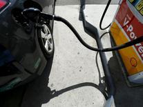 Una gasolinera operando en Carlsbad, EEUU, ago 4 2015. La producción de petróleo de la OPEP cayó en agosto desde su nivel mensual más alto en la historia, según un sondeo de Reuters publicado el miércoles, en momentos en que interrupciones a los flujos en el norte de Irak detuvieron el alza de la oferta del segundo productor del grupo.   REUTERS/Mike Blake