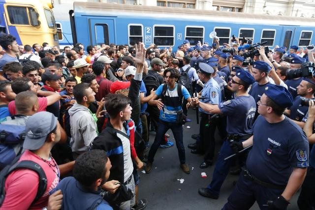 Migrants face Hungarian police in the main Eastern Railway station in Budapest, Hungary, September 1, 2015. REUTERS/Laszlo Balogh