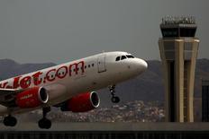 EasyJet a relevé jeudi son objectif de bénéfice annuel d'environ 7% après avoir enregistré en août un nombre record de passagers sur ses lignes.  /Photo prise le 8 juin 2015/REUTERS/Jon Nazca