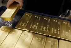 Слитки золота на заводе Красцветмет. Красноярск, 5 июня 2015 года.  Золотовалютные резервы РФ достигли объема $366,4 миллиарда впервые с 20 февраля, прибавив за прошлую неделю $1,8 миллиарда, следует из данных Банка России. REUTERS/Ilya Naymushin
