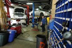Mecánicos arreglando autos en un garage en San Diego, California, 17 de abril de 2014. El crecimiento del sector de servicios en Estados Unidos permaneció robusto en agosto pero bajó desde el máximo de diez años que tocó en julio debido a que los nuevos pedidos, el empleo y los precios bajaron de un mes a otro, mostró un reporte de la industria publicado el jueves. REUTERS/Mike Blake