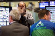 Трейдеры на фондовой бирже в Нью-Йорке. 3 сентября 2015 года. Фондовые рынки США завершили торги четверга разнонаправленно в ожидании отчета о занятости, который повлияет на срок повышения процентных ставок ФРС. REUTERS/Lucas Jackson