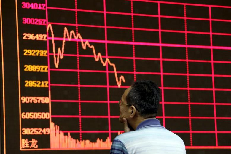 An investor looks at an electronic board showing stock information of Shanghai Stock Exchange Composite Index at a brokerage house in Beijing, August 26, 2015.  REUTERS/Jason Lee