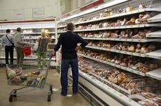 Покупатели в магазине Ашан в Москве. 18 августа 2014 года. Потребительские цены в РФ выросли в августе 2015 года на 0,4 процента к предыдущему месяцу и на 15,8 процента - к аналогичному периоду предыдущего года, превысив прогнозы аналитиков. REUTERS/Maxim Zmeyev