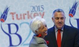 La directora gerente del FMI, Christine Lagarde (I), sonríe junto al responsable del Tesoro australiano, Joe Hockey, el 4 de septiembre de 2015 en Ankara. Los representantes de Finanzas del G-20 acordarán evaluar e informar cuidadosamente sobre las medidas de política monetaria para no alentar una fuga de capitales, aunque evitarán aludir a un alza en tasas de interés en Estados Unidos como un riesgo para el crecimiento, mostró el viernes el borrador de un comunicado. REUTERS/Umit Bektas