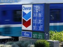 Una gasolinera de Chevron en Encinitas, EEUU, oct 10 2014. La principal corte de Canadá dijo el viernes que un grupo de pobladores ecuatorianos puede presentar una demanda multimillonaria de polución contra ChevronCorp en la provincia de Ontario.   REUTERS/Mike Blake