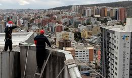 Unos trabajadores limpiando un edificio en Quito, sep 7 2011. La tasa anual de inflación Ecuador se mantuvo en un 4,1 por ciento en los últimos 12 meses hasta agosto frente a igual periodo del año previo, informó el viernes la agencia oficial de estadística.  REUTERS/Guillermo Granja