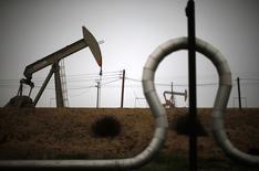 Una unidad de bombeo y tubos vistos en un campo de petróleo cerca de Bakersfield, en California, 17 de enero de 2015.Las empresas de energía de Estados Unidos redujeron en trece el número de plataformas petroleras activas por primera vez en siete semanas, ya que un renovado desplome en los precios del crudo este verano boreal obligó a las firmas de perforación a llevar a cabo una segunda ronda de recortes. REUTERS/Lucy Nicholson