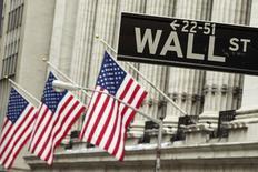 Un anuncio vial a las afueras de la bolsa de Nueva York sep 1, 2015. Los principales bancos de Wall Street aún esperan que la Reserva Federal suba las tasas de interés este año, pero su convicción sobre un alza en septiembre ha disminuido notablemente en el último mes debido a la volatilidad de los mercados globales, según un sondeo de Reuters realizado el viernes.   REUTERS/Lucas Jackson