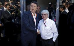 Italian Prime Minister Matteo Renzi (L) shakes hands with Formula One supremo Bernie Ecclestone during the Italian F1 Grand Prix in Monza September 6, 2015.  REUTERS/Max Rossi