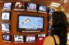 TF1, M6 et Vivendi sont au nombre des valeurs à suivre à la Bourse de Paris après l'annonce que le Conseil supérieur de l'audiovisuel (CSA) entendrait le 14 septembre les dirigeants des chaînes LCI (groupe TF1), Paris Première (Groupe M6) et Planète + (groupe Vivendi) défendre leur projet de passage de la TNT payante à la TNT gratuite. /Photo d'archives/REUTERS/Eric Gaillard