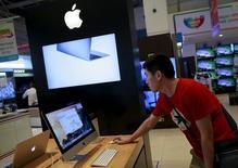 Un hombre revisa un Apple iMac en una tienda de Mumbai, India, 23 de julio de 2015. Apple Inc hará de los juegos una parte clave del dispositivo Apple TV que presentaría en un evento el miércoles, de acuerdo a un reporte publicado por el diario New York Times en su sitio web. REUTERS/Danish Siddiqui