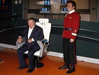 """El actor canadiense William Shatner posa junto a una figura de cera de si mismo personificando al Capitán James Kirk, de """"Viaje a las Estrellas"""", en el museo Madame Tussauds, en Hollywood, 4 de noviembre de 2009. Es un héroe y el mejor en su trabajo, pero el capitán Kirk, de """"Viaje a las Estrellas"""" abandonó a su hijo. REUTERS/Fred Prouser"""