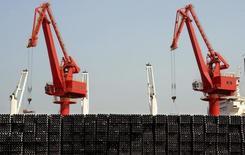 Стальные трубы в порту города Ляньюньган. 7 марта 2015 года. Экспорт из Китая в августе снизился меньше, чем ожидалось, но быстрое падение импорта указывает на сохраняющуюся слабость экономики. REUTERS/Stringer