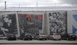 Автомобили в Самаре. 16 июля 2015 года. Продажи новых автомобилей в России в августе 2015 года сократились на 19,4 процента к аналогичному периоду предыдущего года после снижения на 27,5 процента месяцем ранее, сообщила Ассоциация европейского бизнеса. REUTERS/Maxim Shemetov