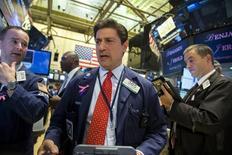 Operadores trabajando en la Bolsa de Nueva York, 3 de septiembre de 2015. Las acciones subían con fuerza el martes en Wall Street, luego de que unos débiles datos económicos desde China reforzaron las esperanzas de más medidas de estímulo del gobierno del gigante asiático. REUTERS/Lucas Jackson