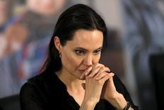 A atriz Angelina Jolie concede entrevista durante visita a campo de refugiados com sírios e iraquianos, em Midyat, no sul da Turquia, em junho. 20/06/2015 REUTERS/Umit Bektas