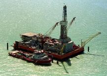 Архивное фото нефтяной платформы на Кашагане. Казахстан, заложивший в бюджет 2016 года снижение добычи нефти при цене в $40 за баррель, говорит, что не исключает возможности дальнейшего снижения объемов добычи при цене черного золота $30 за баррель, сказал в среду сказал вице-министр энергетики Узакбай Карабалин.  REUTERS/Anatoliy Ustinenko