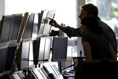 Трейдер в офисе брокера  Global Equities в Париже 18 сентября 2008 года. Европейские фондовые рынки растут благодаря акциям Ryanair, повысившей прогноз прибыли. REUTERS/Charles Platiau