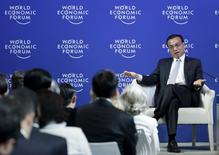 China's Premier Li Keqiang gestures as he answers a question during a meeting with executives from foreign companies at the World Economic Forum (WEF) in China's port city Dalian, September 9, 2015. REUTERS/Jason Lee