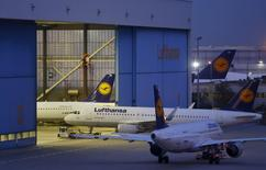 Aeronaves da Lufthansa entrando em galpão no aeroporto de Frankfurt, na Alemanha.  09/09/2015  REUTERS/Kai Pfaffenbach