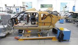 Usine d'Airbus Helicopters à Donauwörth, dans le sud de l'Allemagne. L'entreprise a annoncé mercredi la vente de 107 hélicoptères à deux sociétés chinoises, soit l'une de ses plus importantes commandes obtenues en Chine; /Photo prise le 9 octobre 2014/REUTERS/Michaela Rehle