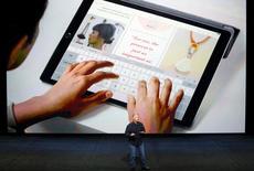 Phil Schiller, vice-président marketing d'Apple, présente à San Francisco l'iPad Pro, une tablette dotée d'un écran de 12,9 pouces (32,77 cm) de diagonale avec laquelle le groupe américain espère renforcer ses positions sur le marché des entreprises. /Photo prise le 9 septembre 2015/Reuters/Beck Diefenbach