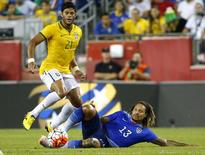 Hulk disputa jogo do Brasil contra os EUA. 8/9/2015.  REUTERS/Winslow Townson-USA TODAY Sports