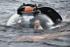 Президент России Владимир Путин (справа) погружается на дно Черного моря в батискафе у Севастополя 18 августа 2015 года. REUTERS/Alexei Nikolsky/RIA Novosti/Kremlin