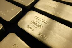 Слитки золота на заводе Красцветмет в Красноярске 27 февраля 2014 года. Золотовалютные резервы РФ снизились за неделю с 28 августа по 4 сентября на $1,1 миллиарда до $365,3 миллиарда, следует из данных Банка России.  REUTERS/Ilya Naymushin