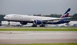 Самолет Boeing 777-300ER компании Аэрофлот в аэропорту Шереметьево. 7 июля 2015 года. Девальвация рубля и падение доходности авиаперевозок в РФ вызовет дальнейшую консолидацию авиаотрасли, что позволит контролируемому государством Аэрофлоту усилить свои рыночные позиции, ухудшив финансовые показатели, говорится в сообщении рейтингового агентства Fitch Ratings, опубликованного в четверг. REUTERS/Maxim Shemetov