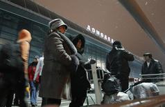 Люди у входа в терминал аэропорта Домодедово. 24 января 2011 года. Предполагаемая покупка частной Трансаэро государственным Аэрофлотом окажет давление на пассажиропоток крупнейшего в России хаба Домодедово, полагают эксперты международного рейтингового агентства Fitch Ratings. REUTERS/Denis Sinyakov